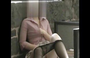 دختر لاغر به طور فعال با فیلمهای سکسی زنده یک دختر
