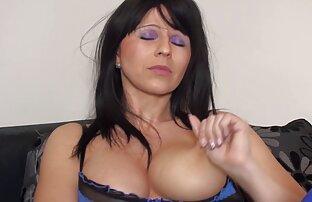 مد لباس به آرامی بدن را با دستان سکس عربی زنده خود لمس می کند