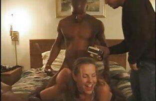 مرد قوی هیکل با خالکوبی سرخ یک شبکه سکسی زنده جوجه در خانه