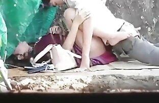 دختر متقاعد یک پسر 19 ساله را به یک سکس زنده انلاین بازی سه نفری با مادرش