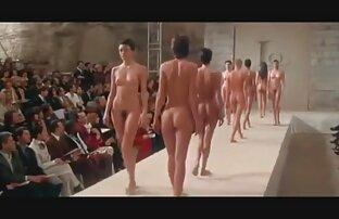 دختر بلند و باریک اقدامات ظریف شفاف لباس زیر کانال سکس زنده