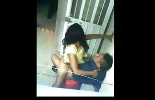 سینه کلان, زن نوجوان toying بیدمشک تراشیده او پخش زندهسکس